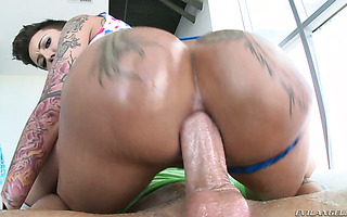 Plowing starfish asshole of bootylicious MILF Bella BEllz with tongue and cock