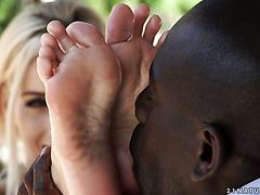 Чернокожий вылизал ноги Нести и пехнул ее во дворе