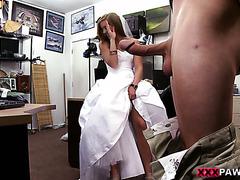 Блондинка в свадебном платье ебется на камеру за доллары
