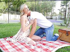 Эмма Хикс ебется со своим романтичным парнем во время пикника в парке