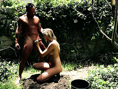Phlegmatic Jessie Andrews performs a blowjob in a garden