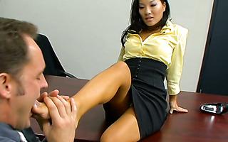 Die gehorsame Asiatin Kimoko Tsuji gibt dem perversen Büro einen Bj und Footjob