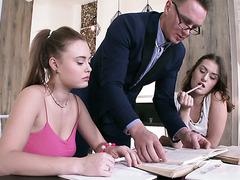 Две тупорылые русские студентки Шакила Асти и Софи Торн дают в жопу преподу