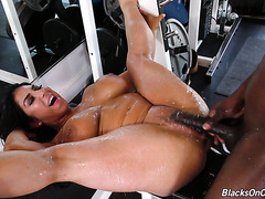 Mandingo fitness instructor makes thick mommy Raven Hart sweat and squirt hard