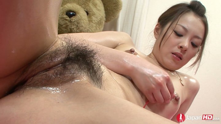 Lean Japanese sugar-tits Hitomi Usami buzzes her puffy and hairy pussy