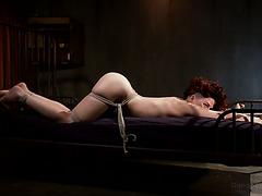 Рыжая рабыня с большой попкой Ингрид Маус жестко выебана плашмя на животе