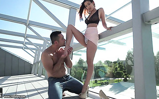 Jaw dropping leggy babe Darcia Lee gives dude a chance to worship her feet