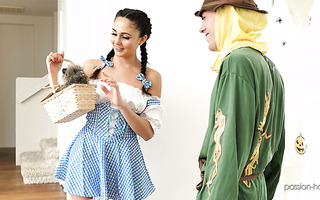 Cosplaying Dorothy babe Ariana Marie makes love with a Scarecrow