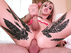 Hot tranny Lena Kelly takes it up her tight butt-pussy