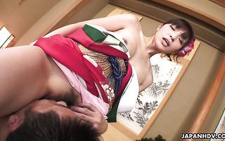 Die bezaubernde japanische Geisha Iori Mizuki reibt ganz allein ihre behaarte Muschi