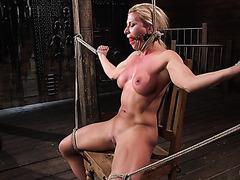 Атлетичная рабыня Ариэль Икс сквиртит в руках хозяина