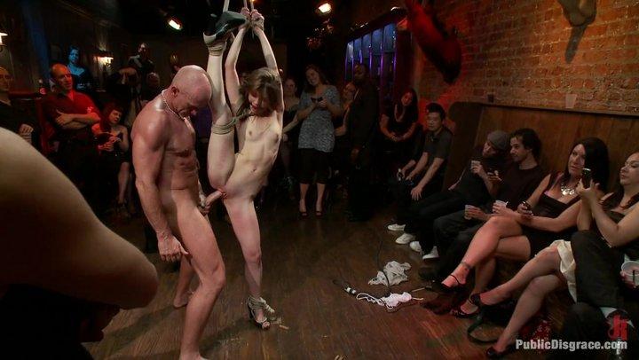 Zerbrechliche Turnerin Sensi Pearl wird auf BDSM-Party gefickt