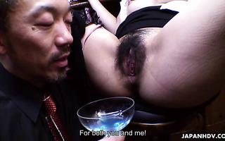 Die vollbusige Geisha Yuria Tominaga bedient den Kunden mit ihrer haarigen Muschi