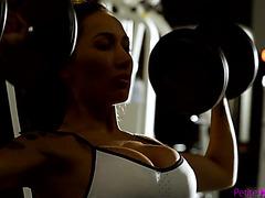 Амия Майли трясёт силиконом на члене атлета в качалке