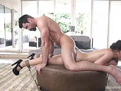 Рыжая девушка дает двум парням в групповой порно игре Подставила попку под член