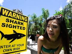 Хрупкая азиатка Вина Скай выживает атаку толстенного члена