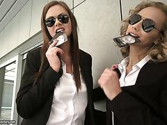 Агенты ФБР Тина Кей и Вероника Леал оттраханы в упругие попки