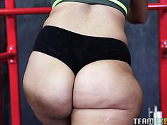 Valentina Jewels works on her fat ass in GYM before fucking