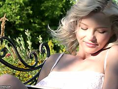 Eye candy Zazie Skymm experiences anal orgasm outdoors