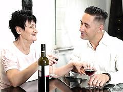 Старушка Анастасия балует пацана вином и своей дряблой киской
