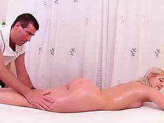 Вагинальный массаж для попастой блонды Кристины Сукр