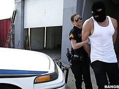 Легавая Молли Джейн отпускает преступника за хороший трах