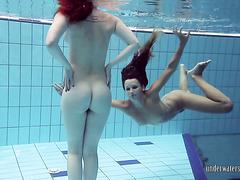 Игривые подруги Катрин и Люси плавают в бассейне голышом