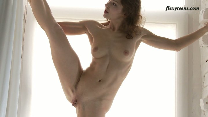 Flexible gal does acrobatic tricks being absolutely naked